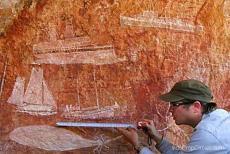 Tampak perahu Phinisi asal Sulawesi yang khas pada lukisan Aborigin (aboriginal art) suku Aborigin Marege pada dinding sebuah goa sekitar tahun 1400-1700-an.