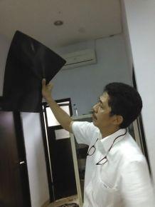 Dr. Rizal sedang memperhatikan hasil rontgen Akmal.