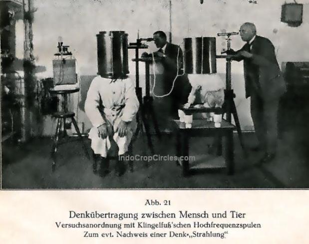 """Penelitian tentang pemikiran pada masa lalu di Jerman. Tampak ilmuwan melakukan transmisi data antara manusia dan hewan (anjing) dengan menggunakan koil frekuensi tinggi guna mencari bukti adanya """"radiasi pemikiran""""."""