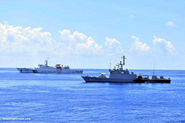 Tampak kapal Chinese Cost Guard 3303 akhirnya memilih menyingkir dan tidak meladeni KRI Todak 631 yang menjaga garis depan laut Indonesia di wilayah perairan Kepulauan Natuna bagian utara setelah berhasil menangkap kapal nelayan RRT, Han Tan Cou 19038. (Pictures courtesy by Defence.PK - June 21, 2016)