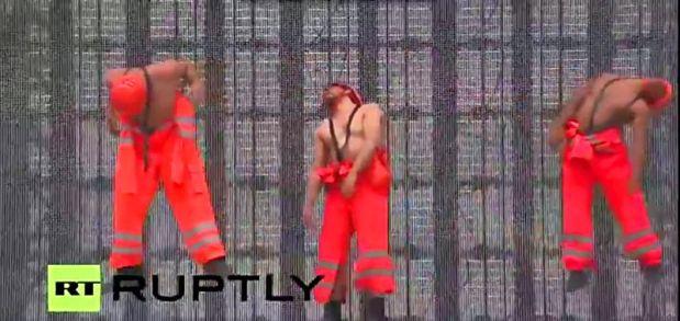 Tiga pekerja mati menggantung dirinya dan tampak melayang di udara. (pict: RT)