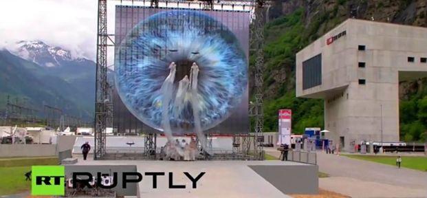 Tampak para hantu mengambang di depan sebuah simbol Mata Satu (All-Seeing Eye) raksasa. Apakah elit merayakan pengorbanan manusia? (pict: RT)