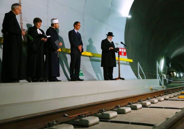 Beberapa pemuka agama setempat juga diundang untuk memberkati terowongan kereta api bawah tanah Gotthard Base Tunnel di Swiss ini.