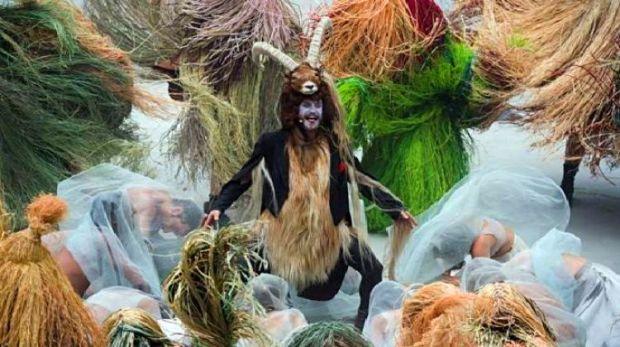 Seorang pria berpakaian sebagai kambing baphomet menjadi pembawa acara sementara sebagai orang lainnya memberikan penghormatan kepadanya. (pict:AP)