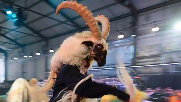 Sosok manusia kambing Baphomet sebagai simbol iblis oleh kaum satanisme dan Illuminati ini kemudian diarak oleh para pemujanya.