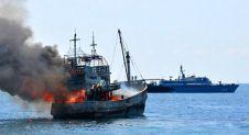 Kapal nelayan Cina illegal dibakar.