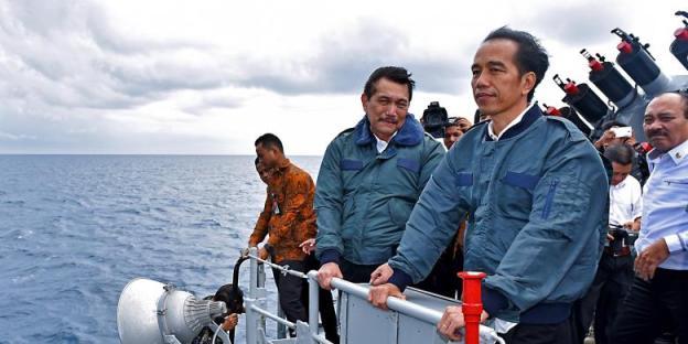 Bersama beberapa menteri, presiden Jokowi di atas KRI Imam Bonjol meninjau situasi di Natuna