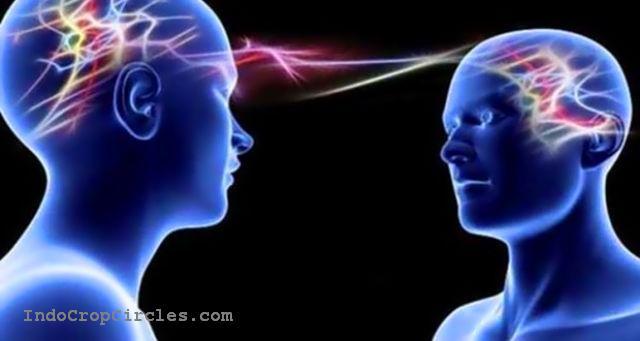 Ilustrasi komunikasi dengan telepati melalui kekuatan pikiran oleh dua orang.