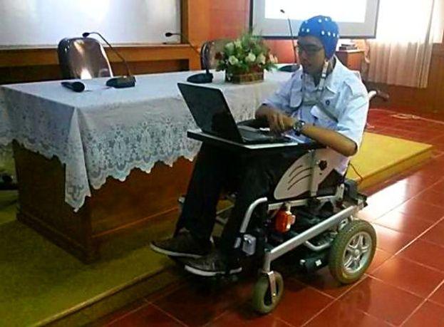Kursi Roda EEG yang digerakkan dengan-pikiran buatan LIPI.