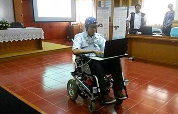 Tak mudah bagi pemula untuk dapat menggerakkan Kursi Roda EEG buatan LIPI yang dapat digerakkan hanya dengan-pikiran ini