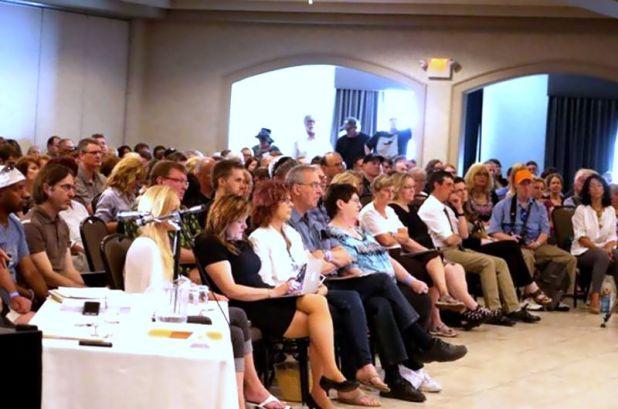 (Kiri) Paul Hellyer, Mantan Menteri Pertahanan Kanada menghadiri sidang dengar pendapat (pict: Facebook)