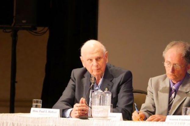 Paul Hellyer, Mantan Menteri Pertahanan Kanada (kiri) menghadiri sidang dengar pendapat (pict: Facebook)