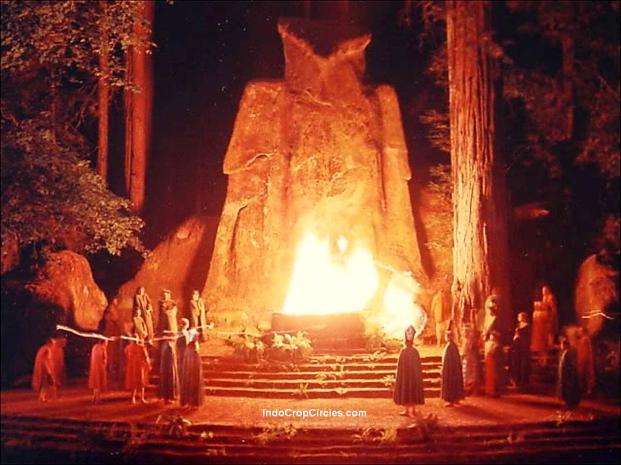 Upacara ritual satanis di Bohemian Grove.