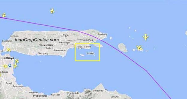 Jalur penerbangan pesawat komersil diatas Pulau Madura (garis ungu) berada diluar lokasi jatuhnya benda-benda dari abtariksa (kotak kuning)