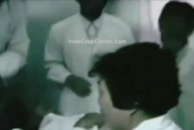 Wanita itu kemudian dibaringkan dengan keadaan sadar, ditemani oleh tiga ahli, dan seorang operator USG. (©IndoCropCircles.com)
