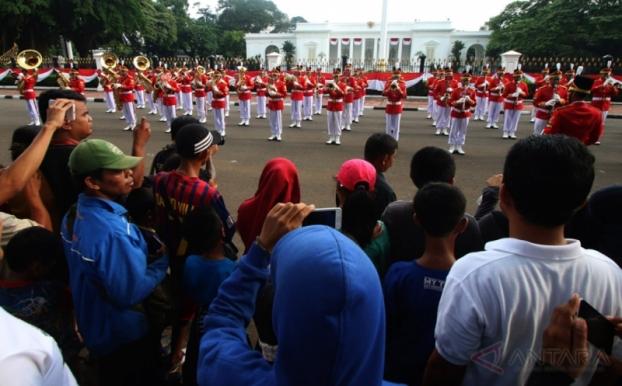 Penggantian Pasukan Pengawalan Presiden (Paspampres) di depan Istana Negara Jakarta.