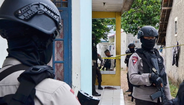 Anggota kepolisian berjaga di dekat rumah terduga teroris usai penggerebekan di kawasan Serpong, Tangerang Selatan, 21 Desember 2016. (ANTARA FOTO)